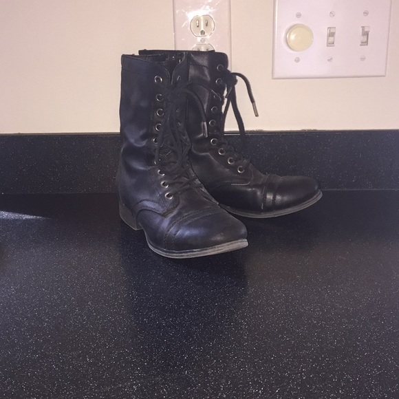 83edc08f981 Black (fake) leather combat boots with little wear